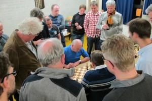 Onder grote publieke belangstelling strijdt Albertus voor het laatste volle punt (foto: Tom Rose)