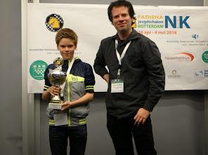 Nederlands kampioen Reinderman reikt de prijs uit